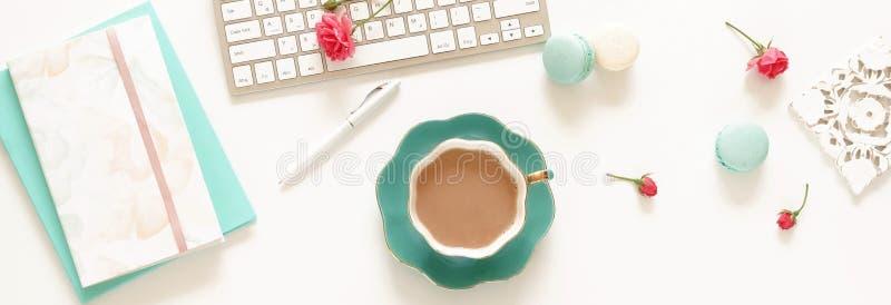 Insegna della scrivania delle donne piane di disposizione Area di lavoro femminile con il computer portatile, immagini stock libere da diritti