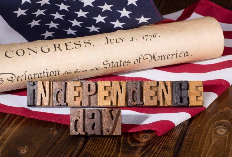 Insegna di festa dell'indipendenza con la dichiarazione di indipendenza e immagini stock