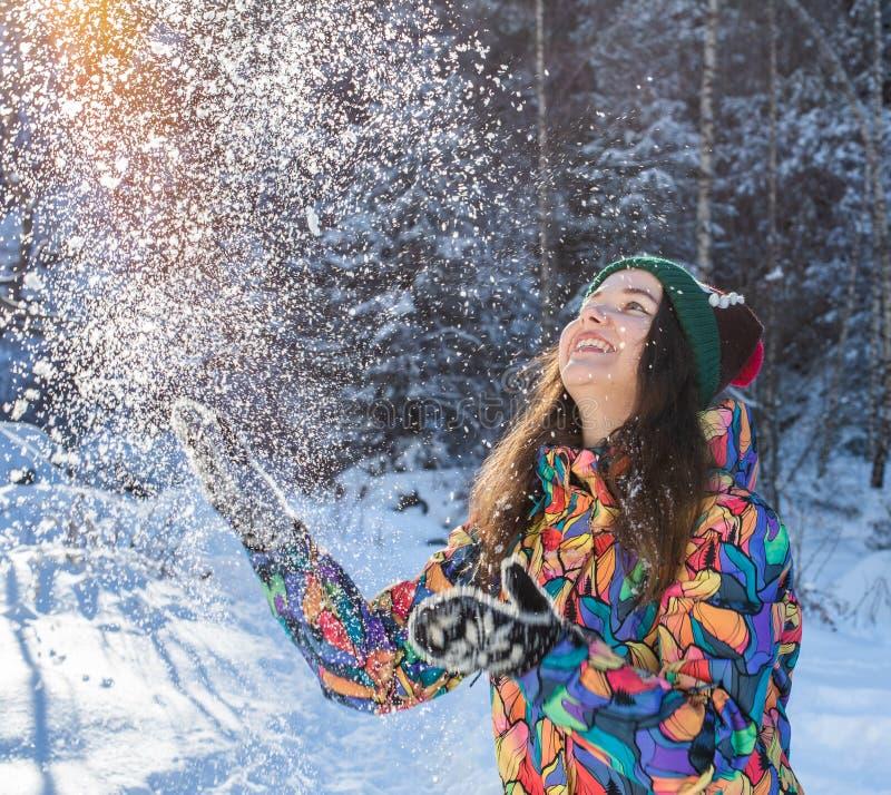 Insegna di lancio della neve di inverno della donna felice di divertimento Il raccolto di panorama della ragazza all'aperto di st fotografia stock