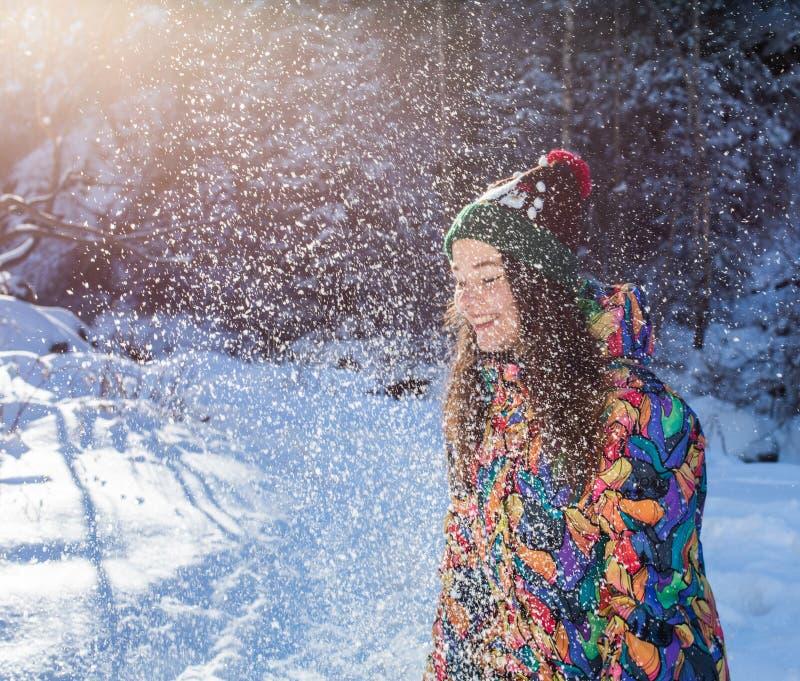 Insegna di lancio della neve di inverno della donna felice di divertimento Il raccolto di panorama della ragazza all'aperto di st immagini stock libere da diritti