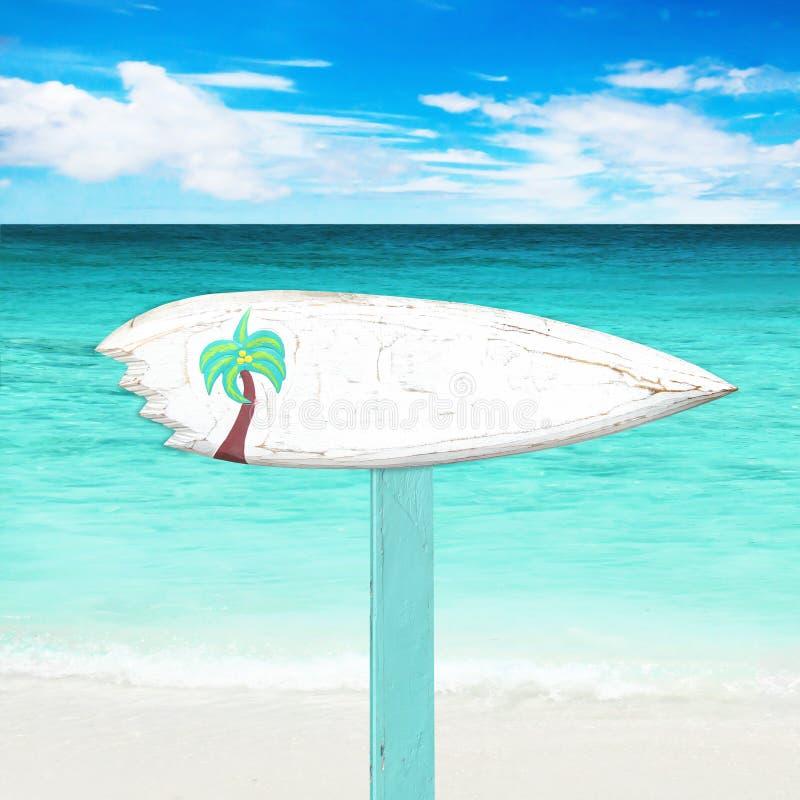 Insegna di legno sulla spiaggia immagini stock