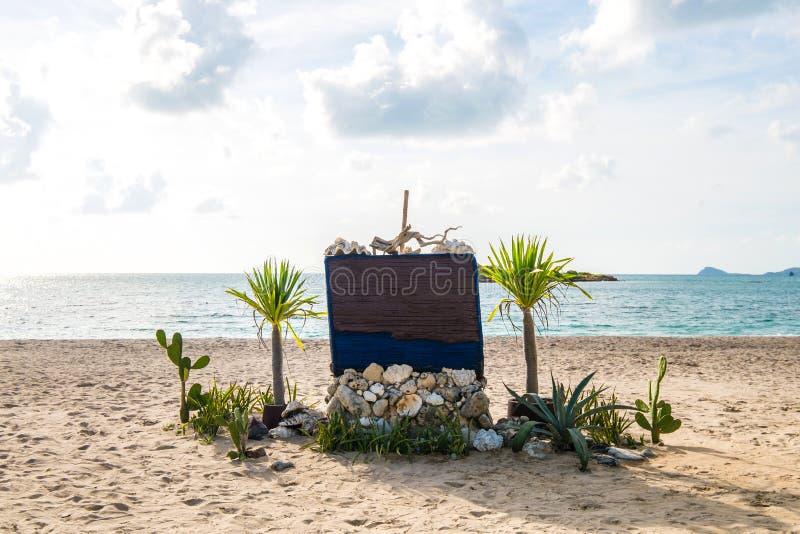 Insegna di legno sulla spiaggia immagine stock libera da diritti