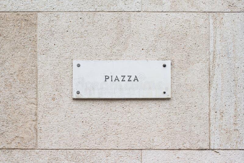 Insegna di marmo vuota quadrata della placca su una costruzione con il classico immagine stock