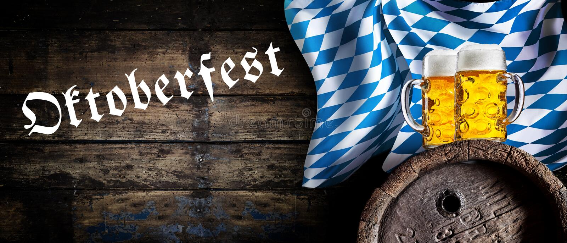Insegna di Oktoberfest con la bandiera bavarese immagine stock libera da diritti