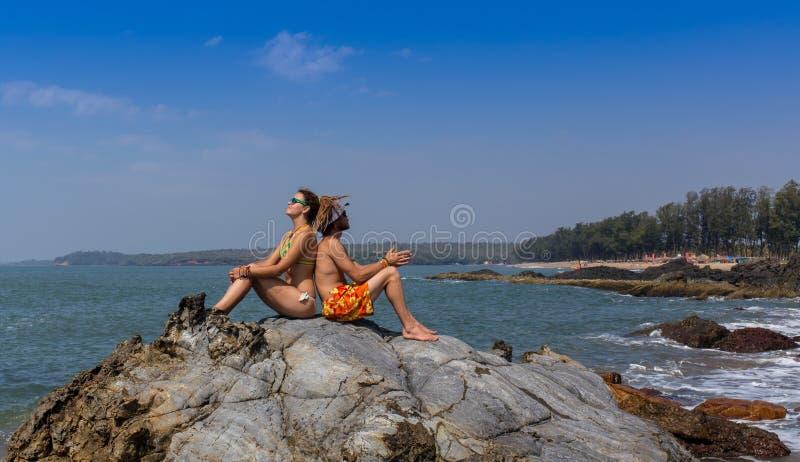 Insegna di viaggio della spiaggia - coppia romantica fotografia stock libera da diritti