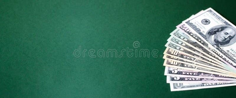 Insegna di web con una pila di banconote in dollari su un fondo verde immagine stock