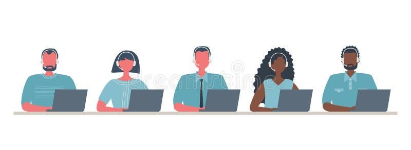 Insegna di web dei lavoratori della call center Giovani e donne in cuffie che si siedono alla tavola su un fondo bianco illustrazione di stock
