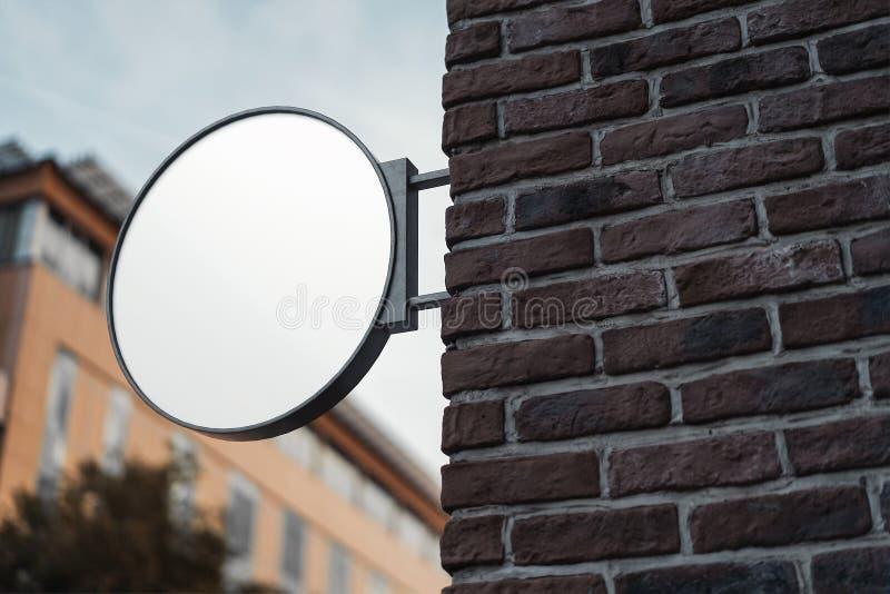 Insegna rotonda in bianco del deposito Svuoti il lightbox del negozio sulla parete rappresentazione 3d immagine stock