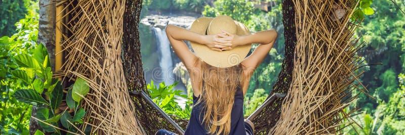 INSEGNA, tendenza LUNGA di Bali di FORMATO, nidi della paglia dappertutto Giovane turista che gode del suo viaggio intorno all'is immagini stock