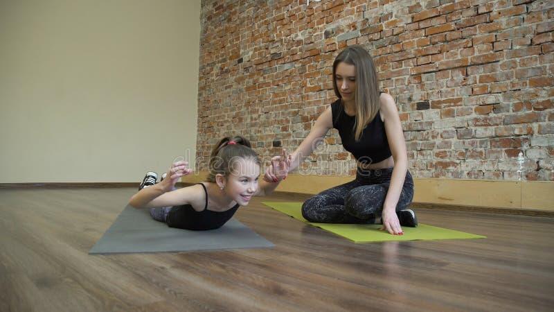 Insegnamento di aiuto della madre di educazione familiare di forma fisica di sport immagini stock