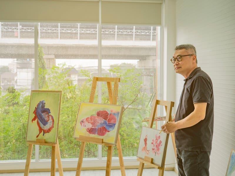 Insegnante adulto senior dell'artista che insegna nella stanza di classe immagini stock libere da diritti
