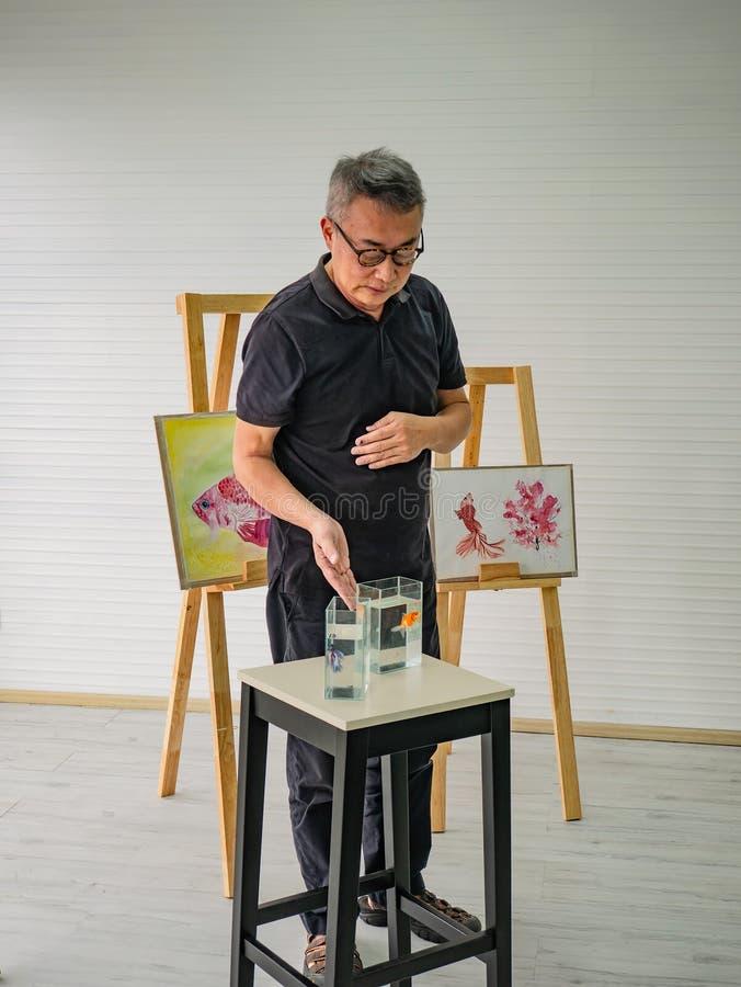 Insegnante adulto senior dell'artista che insegna nella stanza di classe fotografia stock libera da diritti