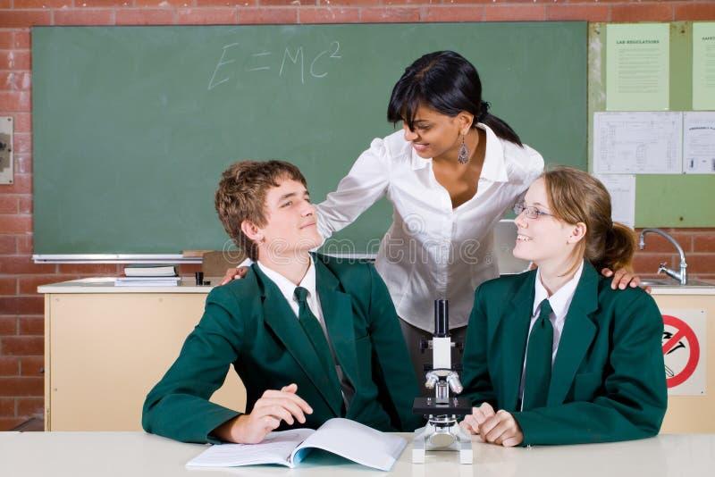 Insegnante che comunica con allievi immagini stock