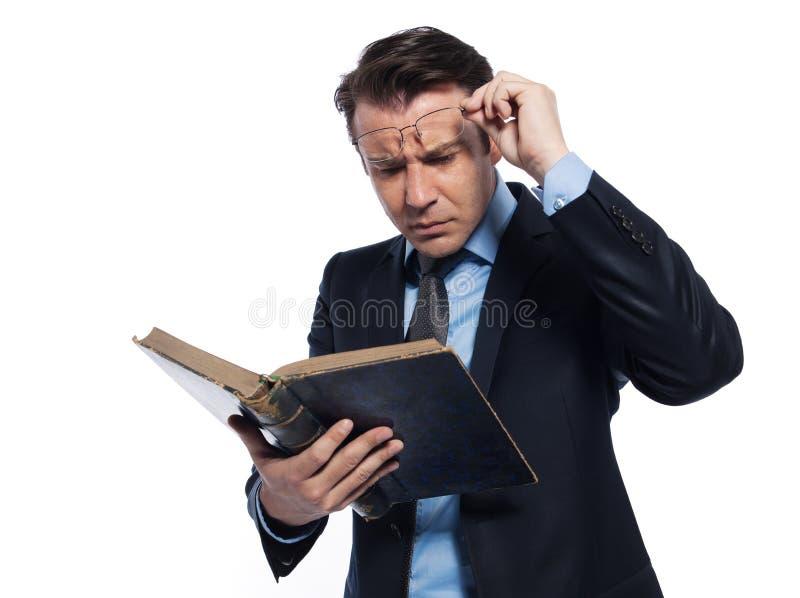 Insegnante del professore dell'uomo che legge libro antico fotografia stock libera da diritti