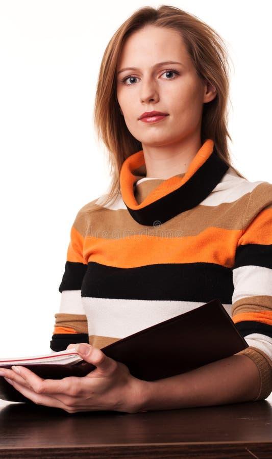 Insegnante della giovane donna allo scrittorio fotografia stock libera da diritti
