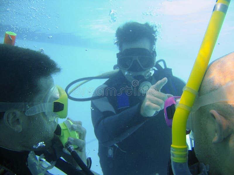 Insegnante di immersione con bombole immagini stock