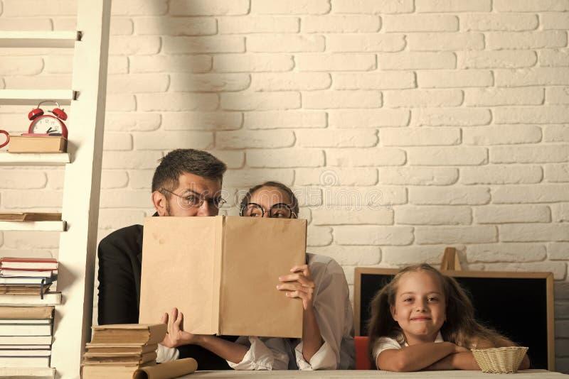 Insegnante e scolare sul fondo dell'aula Bambino con il fronte felice immagine stock