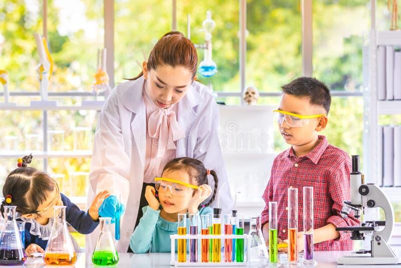 Insegnante e studenti, galleggiante del fumo fuori dal colpo immagine stock