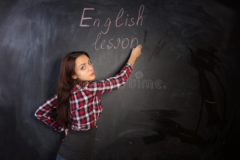 Insegnante femminile attraente che dà una lezione inglese fotografie stock