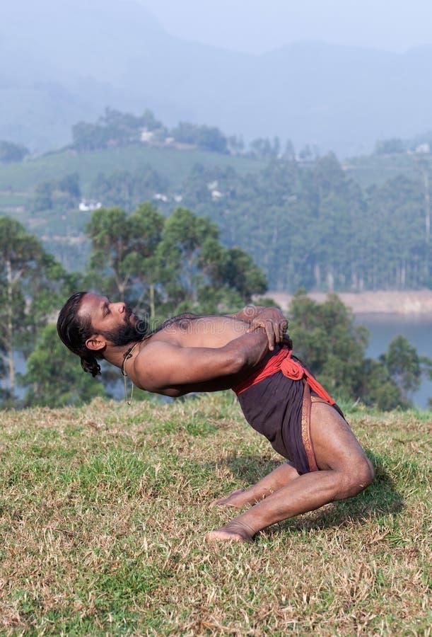 Insegnante indiano di yoga che fa esercizio di yoga del backbend su erba verde fotografia stock