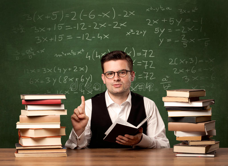 Insegnante per la matematica allo scrittorio fotografia stock libera da diritti