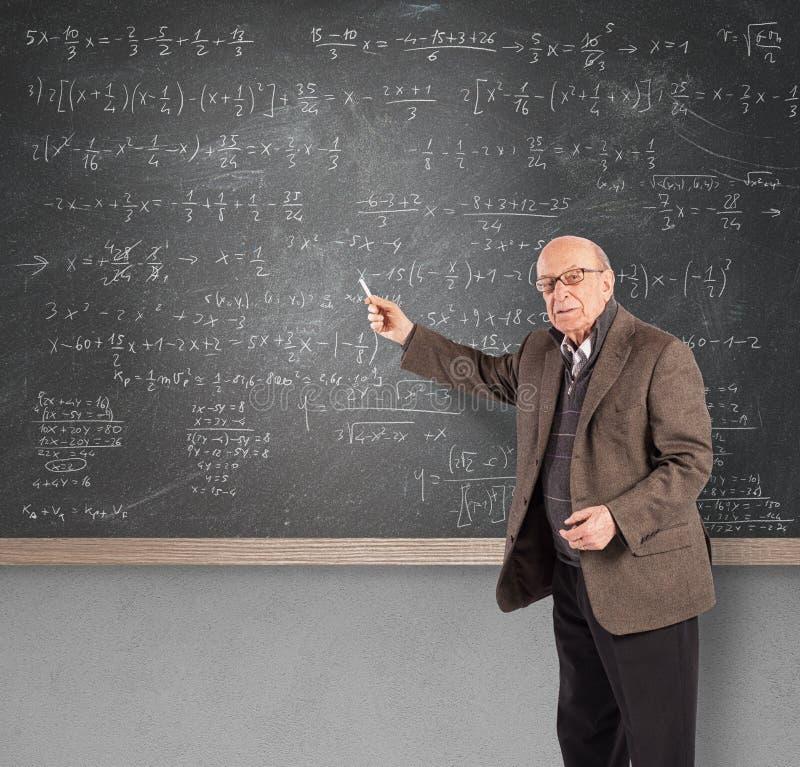 Insegnante per la matematica anziano immagine stock