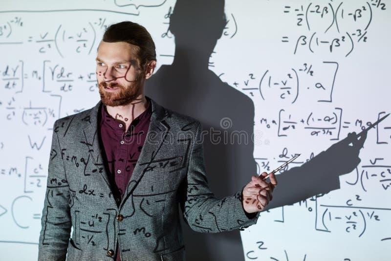 Insegnante per la matematica che spiega i calcoli fotografia stock