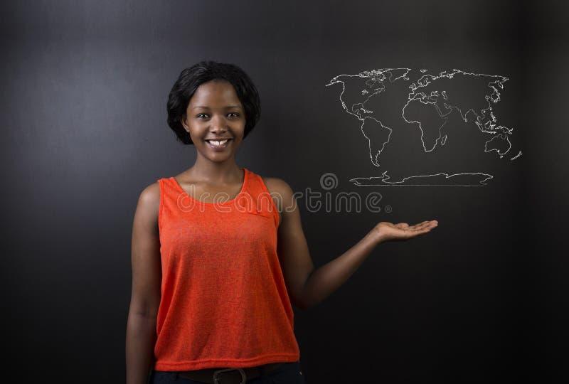 Insegnante sudafricano o afroamericano o studente della donna con il gesso della mappa di geografia del mondo su fondo immagine stock libera da diritti