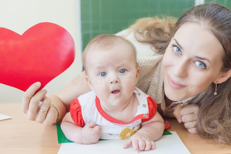 Insegnante vicino al bambino d'istruzione della lavagna, bambino preschool immagine stock libera da diritti