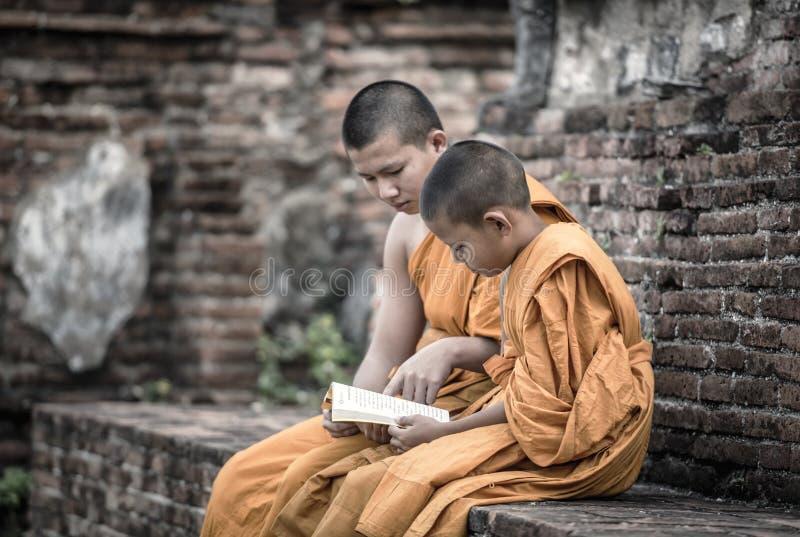 Insegni ai giovani monaci del principiante fotografie stock libere da diritti