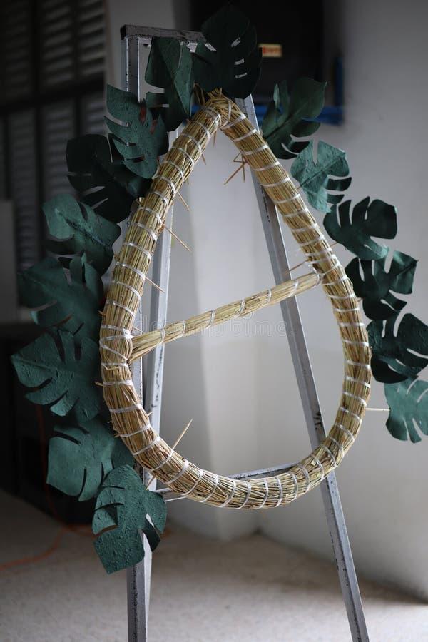 Insegni a come ai fiori del ricamo fare una corona per uso nei funerali fotografia stock