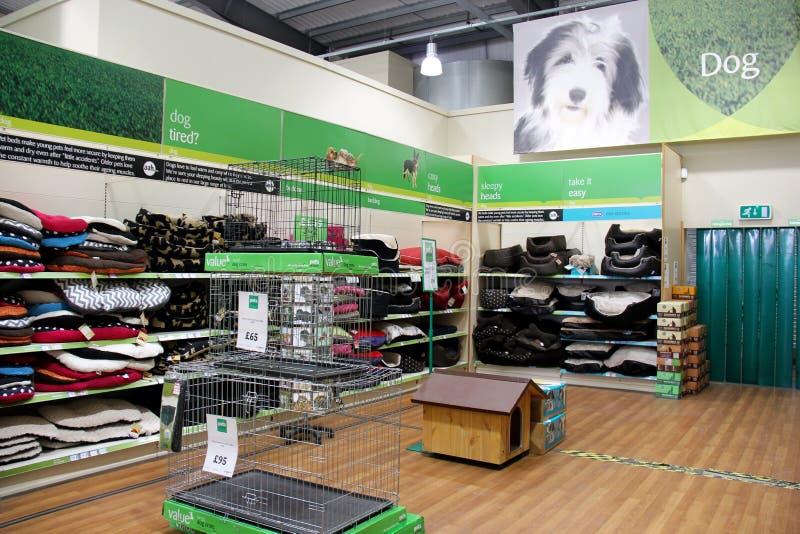 Insegua i canestri ed i prodotti in un supermercato dell'animale domestico immagini stock libere da diritti