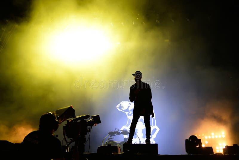 Inseguimento & stato (banda britannica di duo di produzione di musica elettronica) di concerto al festival FIB immagini stock libere da diritti