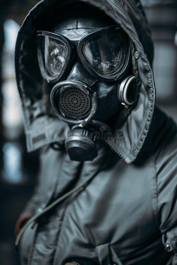 Inseguitore in maschera antigas, il pericolo di radiazione immagine stock libera da diritti