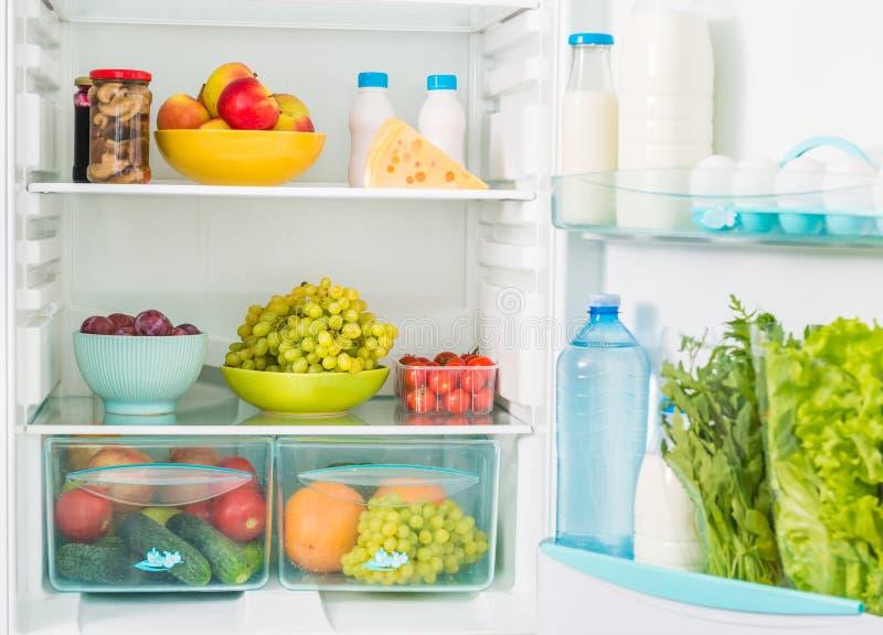 Inseide del refrigerador con la comida imagenes de archivo