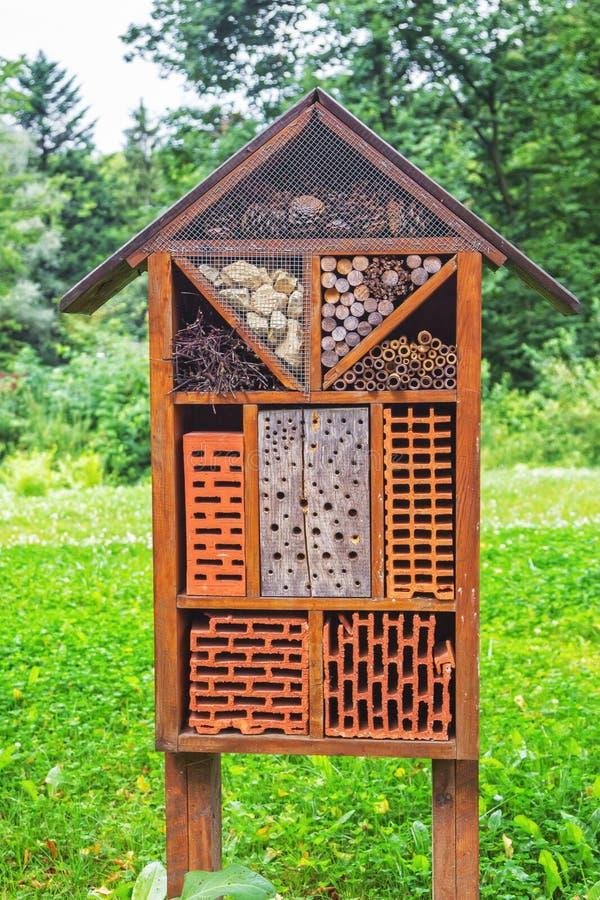 """Insektenhotel †""""Bau gemacht von den natürlichen Materialien und von den Komponenten stockbilder"""