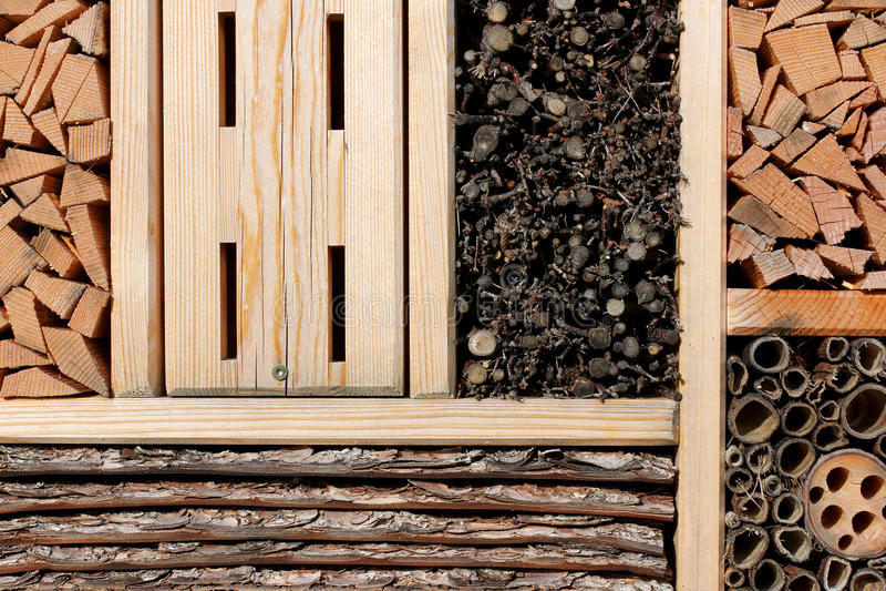 Insektenhotel für wilde Bienen, Schmetterling…. stockbild