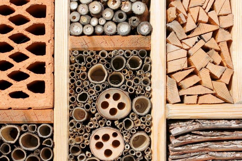 Insektenhotel für wilde Bienen, Schmetterling…. stockfotos