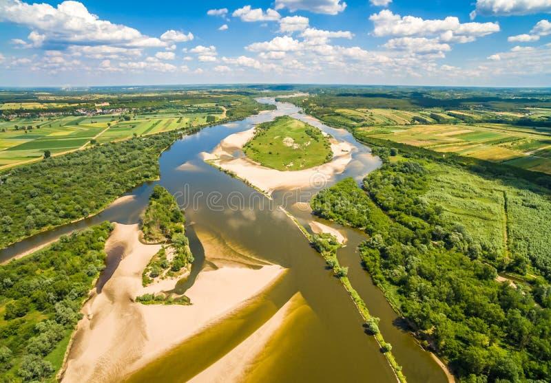 Insel auf dem Fluss Weichsel und Kuhinsel gesehen von der Luft stockfotografie