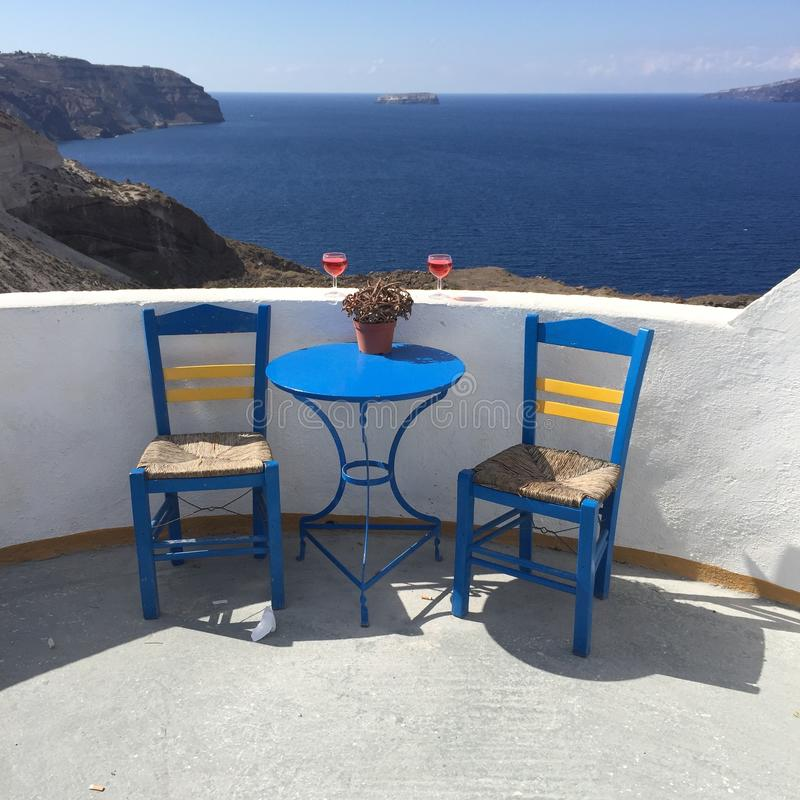 Insel-Griechenland-Stühle Santorini romantische stockfoto