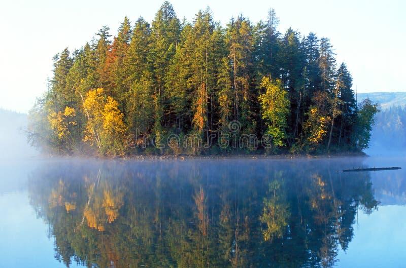 Insel im Nebel lizenzfreies stockbild