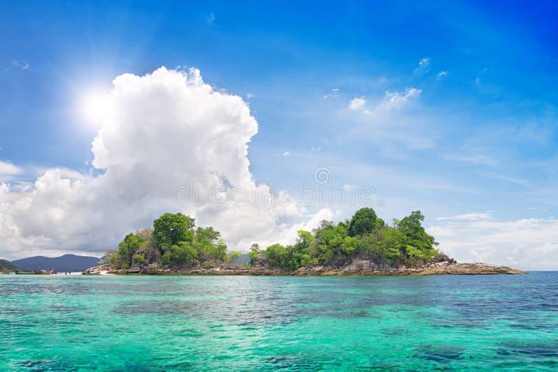 Insel im schönen tropischen Meer stockbild
