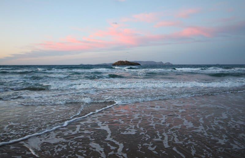 Insel im Sonnenuntergangmeer lizenzfreies stockbild