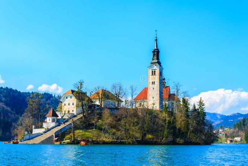 Insel mit Kirche in der Mitte von See blutete lizenzfreie stockfotografie