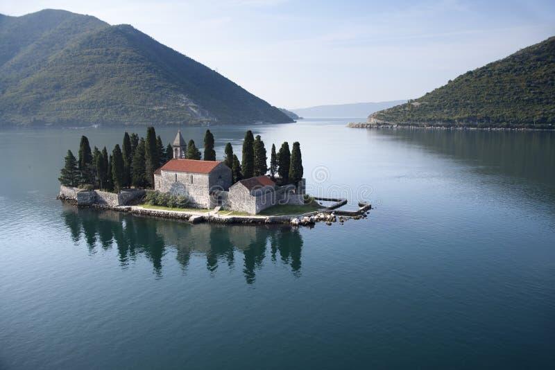 Insel mit Kloster stockfotos