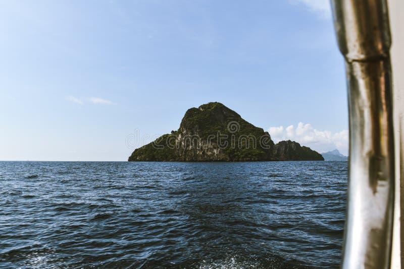 Insel sichtbar von einem Boot lizenzfreie stockbilder