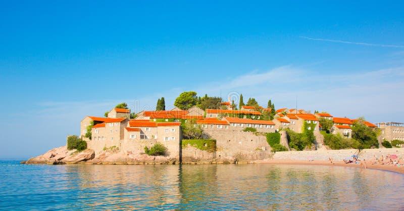 Insel Sveti Stefan auf Budva Riviera in Montenegro lizenzfreie stockfotografie