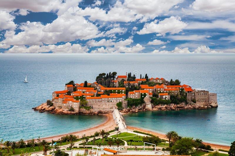 Insel Sveti Stefan in Budva an einem schönen Sommertag, Montenegro lizenzfreies stockbild