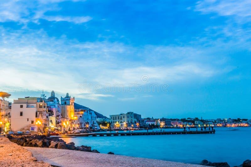 Insel von Ischia Italien in der Dämmerung mit Ansicht des Piers stockbild