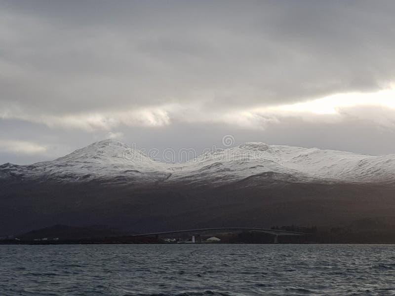 Insel von skye Bergen lizenzfreie stockfotos